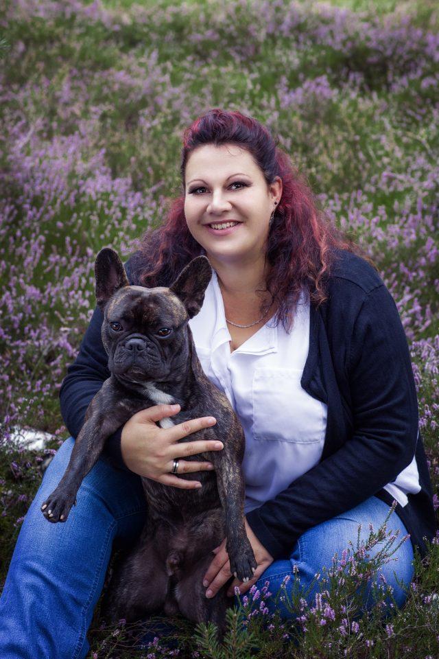 Fotoshooting mit dem eigenen Hund in blühender Heide. Frau mit Bulldogge Fotografie.